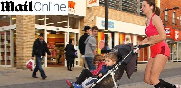 Mãe de três filhos, Marcela Gracova passou a levar as crianças para que pudesse continuar correndo - Reprodução/Daily Mail