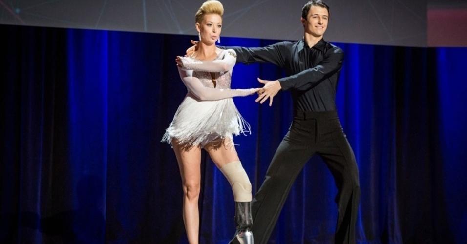 """20.mar.2014 - Adrianne Haslet-Davis, 32, dançarina profissional de balé e professora de dança que teve o pé amputado após as explosões na Maratona de Boston, fez sua primeira dança desde o atentado durante a conferência da fundação sem fins lucrativos TED, em Vancouver, Canada. Adrianne recebeu uma espécie de """"perna biônica"""" feita especialmente para o seu caso e com especificações que a permitissem se movimentar o suficiente para retomar a carreira. A dançarina fez alguns passos de rumba sem esconder a emoção e as lágrimas"""