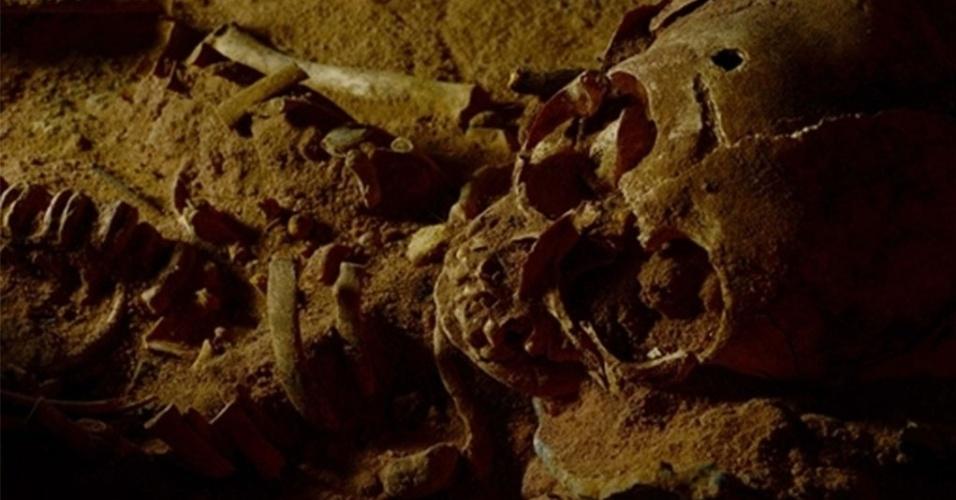 OSSADAS DE 3 MIL ANOS NO PIAUÍ - Arqueólogos descobriram esqueletos de crianças de mais de 3 mil anos no Parque Nacional Serra da Capivara, no Piauí. Vasos cerâmicos eram usados para proteger a cabeça das crianças, que devem ter morrido de alguma epidemia no local, dizem os arqueólogos. Agora, uma urna com uma criança que deve ter morrido assim que nasceu está sendo escavada
