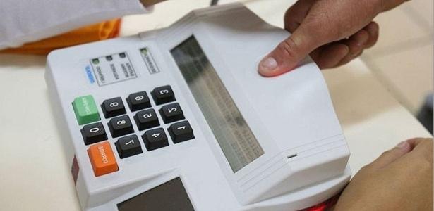 Eleitor faz identificação biométrica nas eleições de 2014