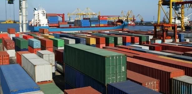 Contêineres à espera de embarque no porto de Santos: governo federal é fiador de empréstimos para que outros países comprem bens e produtos brasileiros - Shutterstock