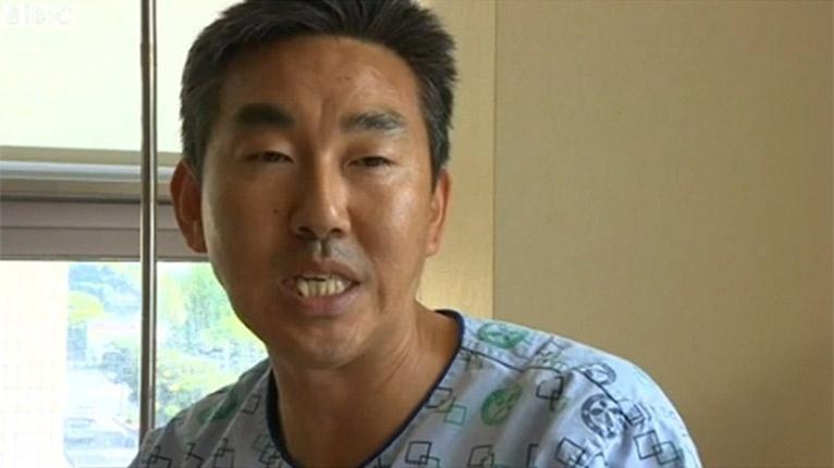 """22.abr.2014 - O motorista Eun-su Choi, um dos sobreviventes do naufrágio da balsa Sewol, na Coreia do Sul. Ele tentou salvar estudantes presos na parte interna do barco, mas não conseguiu. """"Agora eu me arrependo"""", ele afirmou"""