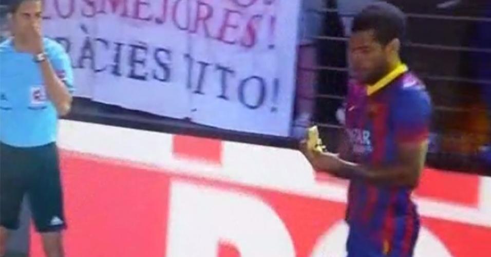 Daniel Alves come banana atirada no gramado em provocação racista durante jogo do Barcelona