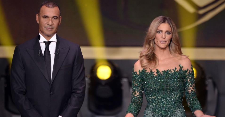 """O ex-jogador Ruud Gullit e Fernanda Lima, durante a premiação """"Bola de Ouro da Fifa, 2013"""", em Zurique (Suíça); apresentadora usou um vestido verde"""
