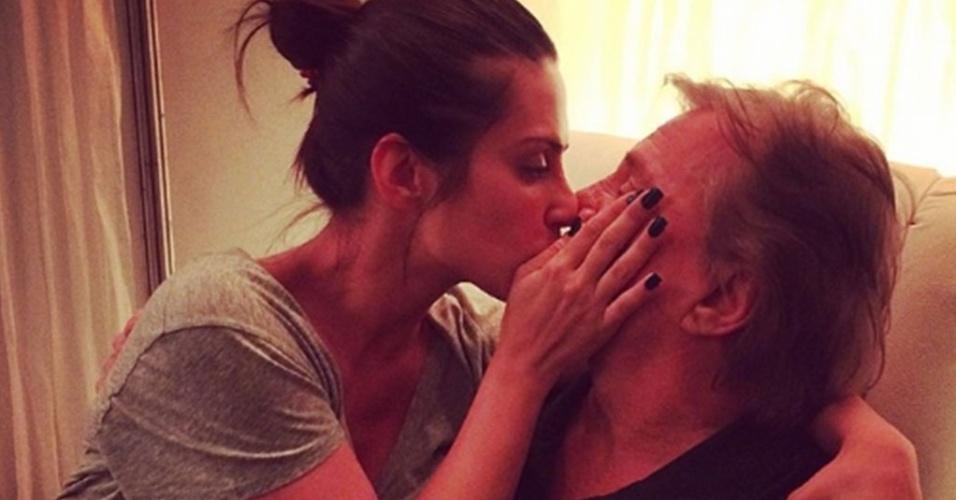 21.mai.2014 - Cleo Pires senta no colo de Fabio Jr e dá um beijo na boca dele. A atriz mostrou a foto carinhosa com seu pai em sua conta do Instagram na madrugada desta quarta-feira