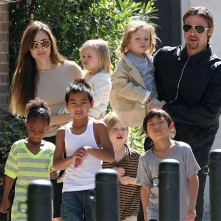 O casal Angelina Jolie e Brad Pitt passeia com os seis filhos pelas ruas de Nova Orleans, em foto de março de 2011 - Grosby Group
