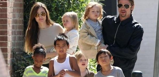 Angelina Jolie e Brad Pitt com os seis filhos em foto de 2014 - Grosby Group