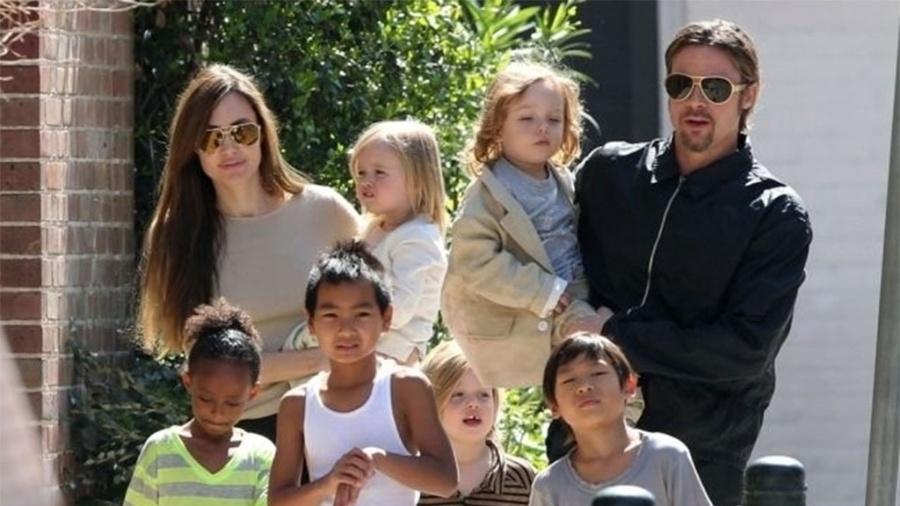 O casal Angelina Jolie e Brad Pitt com os seis filhos em foto de 2011; ator acusa a ex de colocar a privacidade deles em risco - Grosby Group