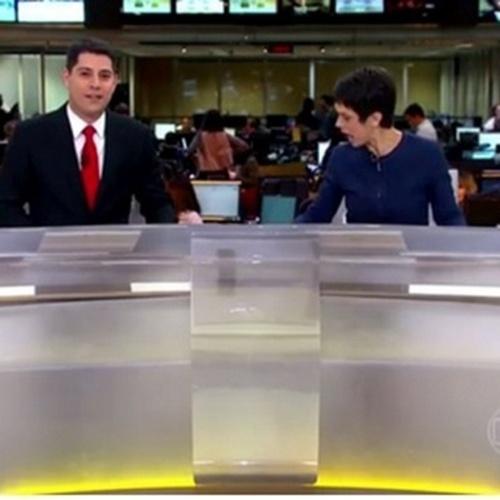 Sandra Annenberg deixa a caneta cair durante o Jornal Hoje, na Globo
