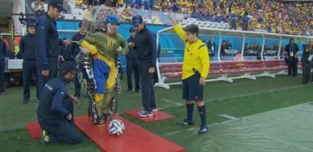 Paraplégico dá chute na Copa com exoesqueleto de Nicolelis - Reprodução