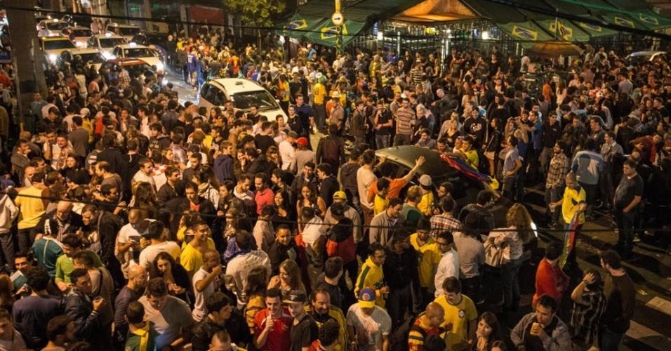 Um clima de festa tomou as ruas da Vila Madalena, zona oeste de São Paulo, na madrugada desta quinta-feira que antecede a abertura da Copa do Mundo. Turistas estrangeiros e brasileiros tomaram as ruas e bares do bairro para curtir a vida noturna na maior cidade do país. Muitas pessoas caminhavam pelas ruas vestindo camisetas de seleções ou envolvidas nas bandeiras de seus países.