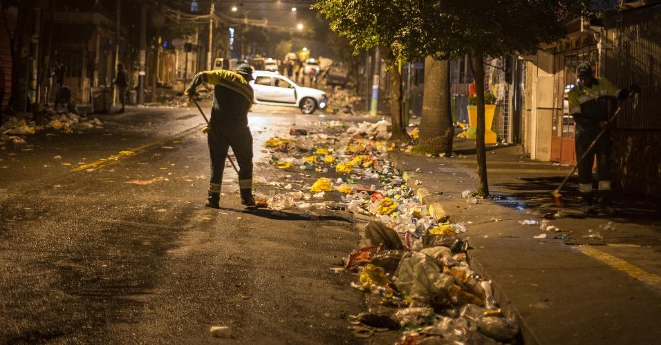 Lixo acumulado na rua Aspicuelta na Vila Madalena, zona oeste de São Paulo. A rua fica tomada por lixo após o fechamento de bares