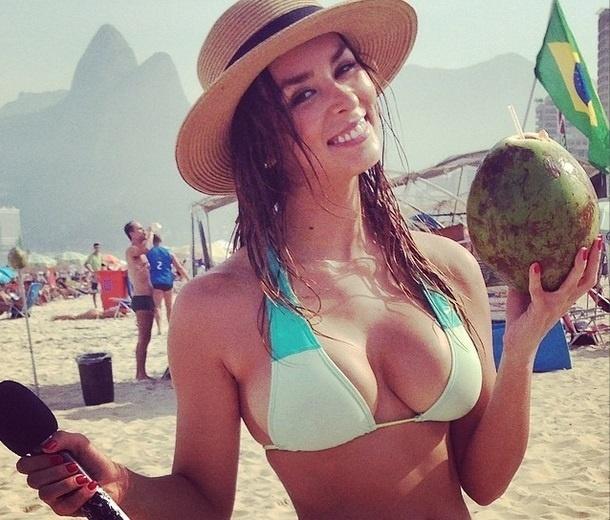 Repórter chilena Jhendelyn Núñez sensualiza com picolé nas praias de Santos (SP)