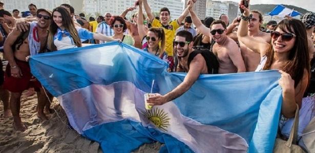 Argentinosm invadem Copacabana fazem Carnaval na praia