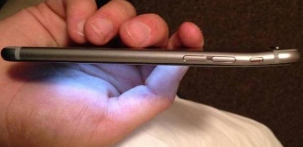 Usuários relatam que iPhone 6 entorta depois de deixar aparelho no bolso; empresa diz que casos são raros e apenas nove pessoas reclamaram desse problema