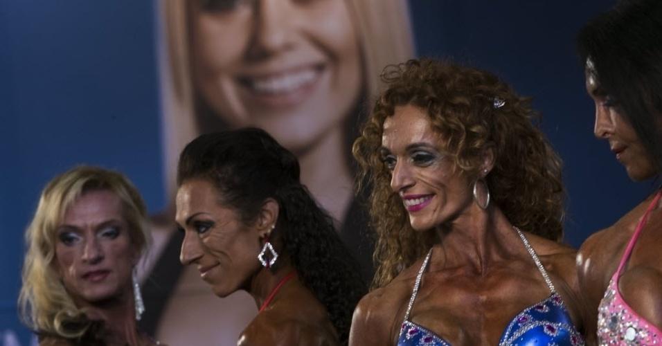 26.set.2014 - Competidoras posam para jurados durante apresentação no evento de fisiculturismo (bodybuilding) Arnold Classic Europa em Madri, na Espanha
