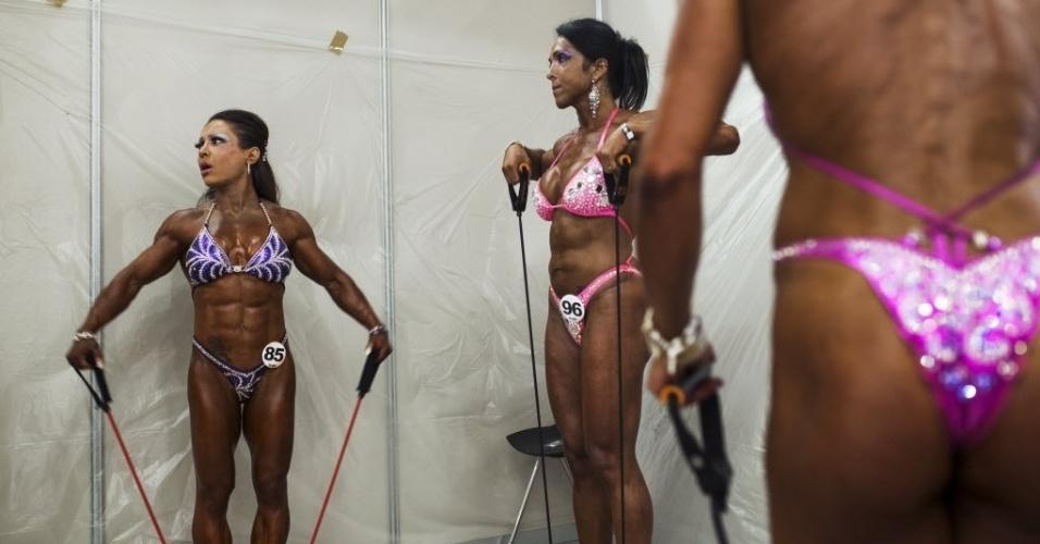 26.set.2014 - Competidoras tonificam os músculos momentos antes de participar de prova no evento de fisiculturismo (bodybuilding) Arnold Classic Europa em Madri, na Espanha