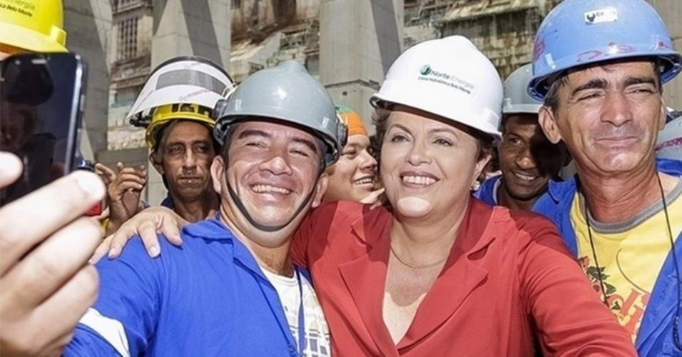 5.ago.2014 - A presidente Dilma Rousseff faz selfie com operários da usina hidrelétrica de Belo Monte, em Altamira, no interior do Pará, nesta terça-feira (5). Em campanha pela reeleição, a presidente Dilma Rousseff disse na ocasião que fez mais pelo setor energético em seu governo que o ex-presidente Fernando Henrique Cardoso (PSDB)