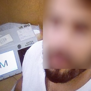 Eleitores tiram selfie com urna eletrônica, apesar de conduta ser proibida