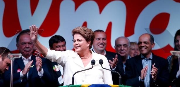 A presidente reeleita Dilma Rousseff discursa para militância durante comemoração do resultado das eleições presidenciais, em Brasília, neste domingo (26)