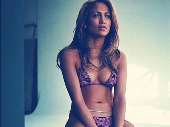 Aos 45, Jennifer Lopez posta foto de biquíni e encanta seguidores