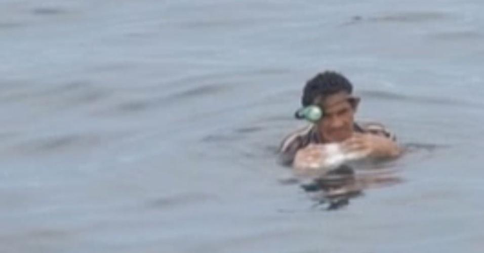 Imagem retirada de vídeo feito no momento em que a Guarda Costeira resgatava o colombiano Solano Salazar, encontrado agarrado a um isopor após dois dias à deriva no Pacífico