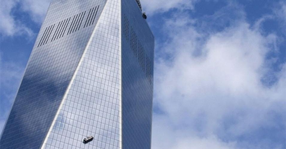 12.nov.2014 - Dois limpadores de janela foram resgatados sem ferimentos após ficarem presos em um andaime que ficou pendurado perto do 68º andar por cerca de duas horas, no prédio One World Trade Center, em Nova York, nos Estados Unidos, nesta quarta-feira (12)