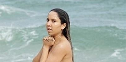 Mulher Melão toma banho nua na praia naturista de Abricó, na Reserva de Grumari, zona oeste do Rio