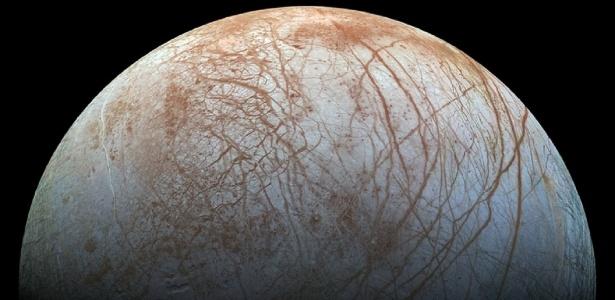 Uma versão colorida e detalhada de uma imagem da superfície da lua Europa, de Júpiter