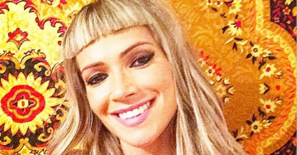 2.dez.2014 - Fani Pacheco se inspira em Katy Perry e Beyoncé e corta a franja bem curtinha. A ex-BBB postou o resultado em sua conta do Instagram.