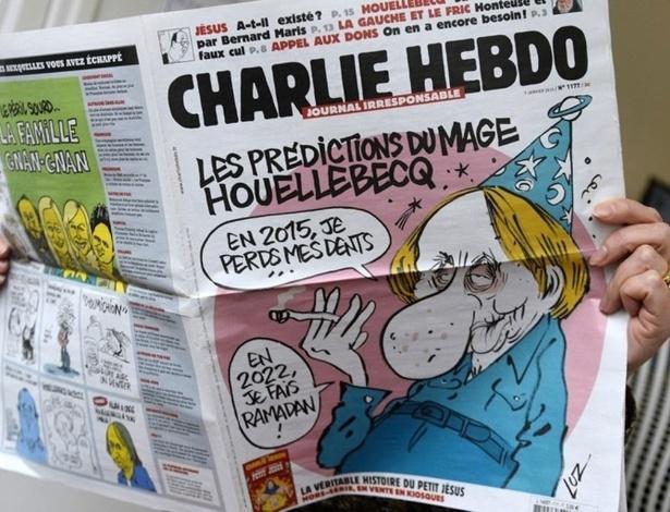 """Capa da revista """"Charlie Hebdo"""" do dia do atentado traz o autor Michel Houellebecq, autor do livro """"Soumission"""" - Bertrand Guay/AFP"""