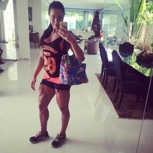 Gracyanne Barbosa exibe as pernas musculosas nas redes sociais