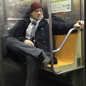 Tom Hanks é fotografado andando de metrô em Nova York