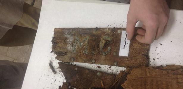 Pedaço de caixão com as iniciais M.C., encontrado por equipe que buscava restos mortais de Cervantes em Madri (Espanha - Efe