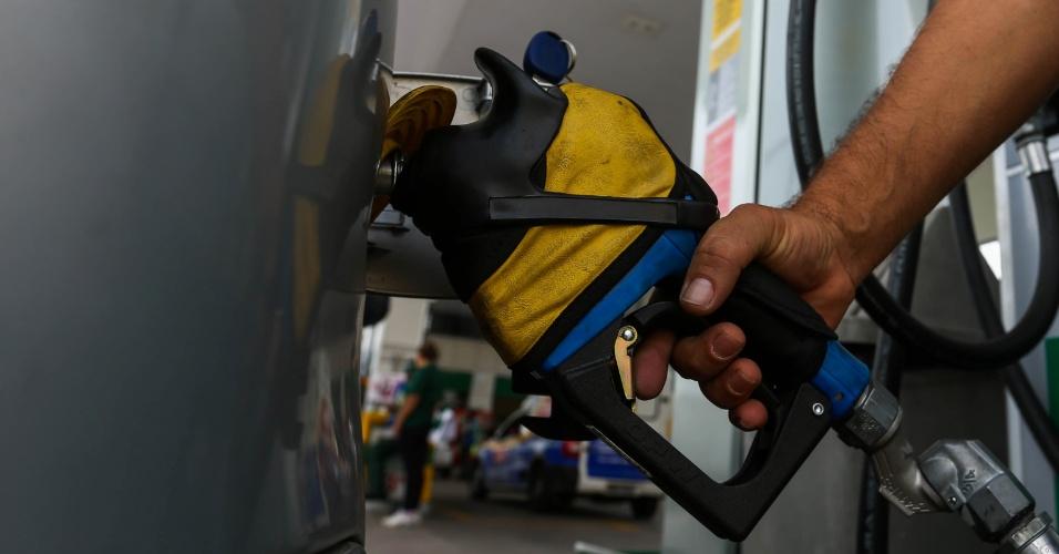 Funcionário de posto de combustível na Avenida Embaixador Macedo Soares (Marginal Tiete), em São Paulo; bomba, abastecimento, gasolina, etanol