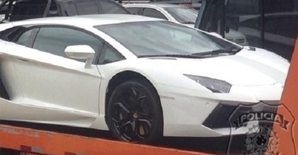 Lamborghini que já ficou exposto na sala do empresário é levado pelo reboque da polícia
