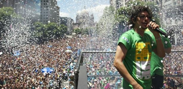 Pedro Luís à frente de trio elétrico do Monobloco, no carnaval do Rio - Márcia Moreira/Folhapress