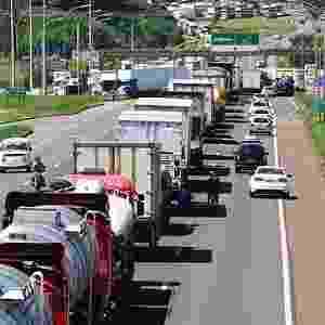 Manifestação de caminhoneiros no pedágio de Araponga (PR), na BR-369, neste domingo (22) - Roberto Custodio - 22.fev.2015/Gazeta do Povo