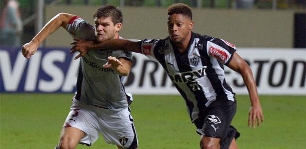 Kannemann (e) está prestes a ser confirmado como reforço do Grêmio