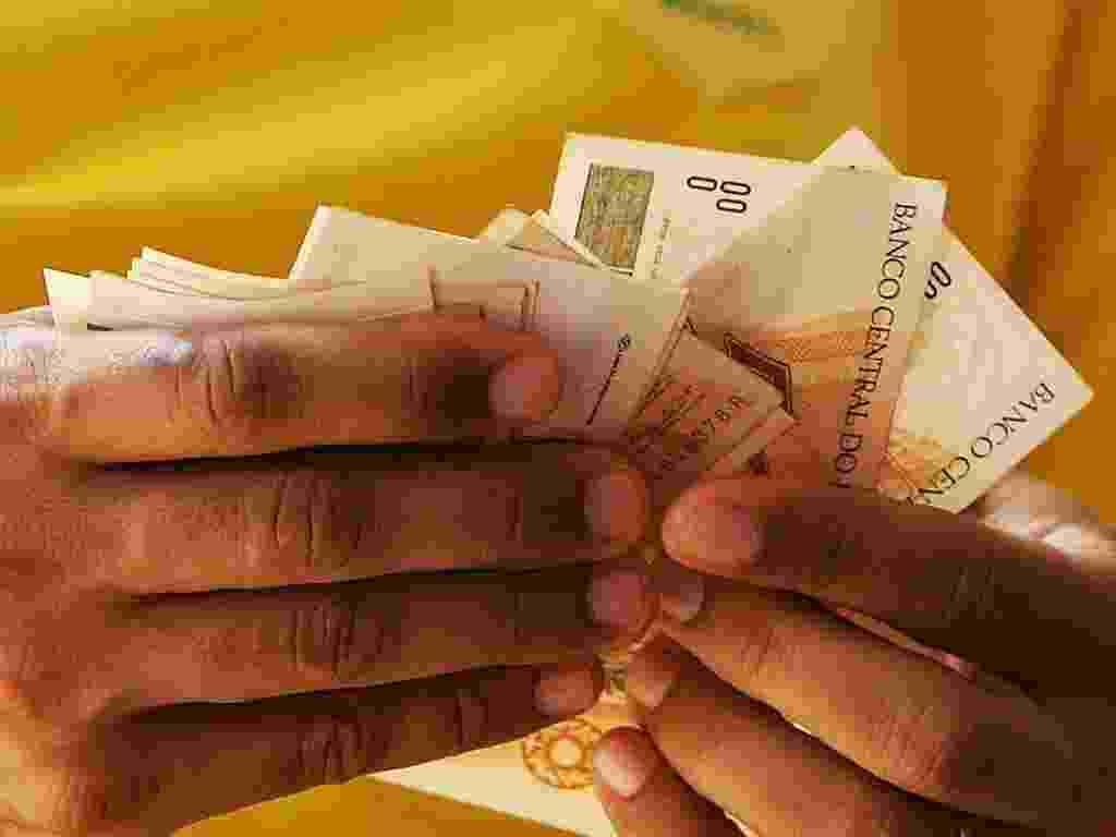 Mídia Indoor; Dinheiro; homem conta dinheiro; grana; salário; gastos; pagamento - Alex Almeida/Folha Imagem