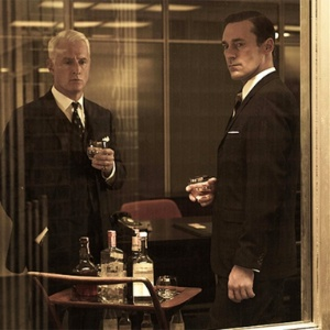 """Os atores John Slattery (esq.) e Jon Hamm em cena de episódio da 5ª temporada de """"Mad Men"""" - Divulgação/AMC"""