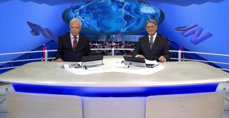 Cid Moreira e Sergio Chapelin apresentam o Jornal Nacional