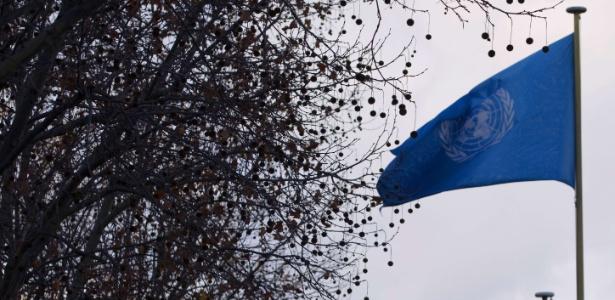 Bandeira da ONU hasteada em frente à sede da Unesco, em Paris (França)