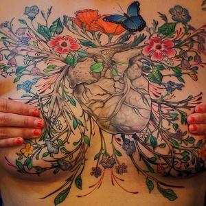Tatuagens cobrem cicatrizes de sobreviventes de câncer de mama