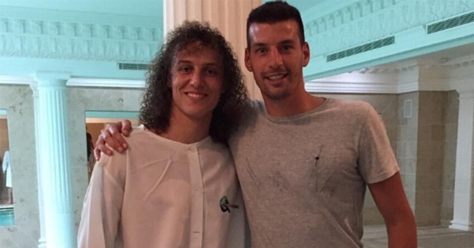 David Luiz, zagueiro da seleção brasileira, é batizado em uma igreja evangélica em Paris