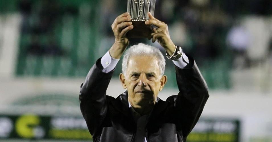 Carlos Alberto Silva em agosto de 2013, em homenagem do Guarani; ele quer voltar a ser técnico