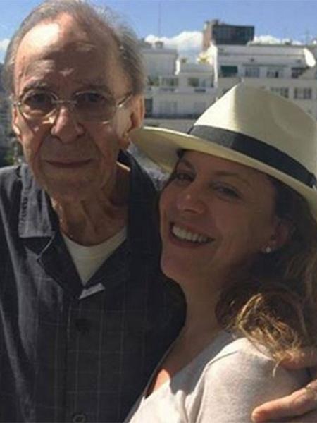 Bebel Gilberto ao lado do pai João Gilberto em 2015 - Reprodução/Facebook