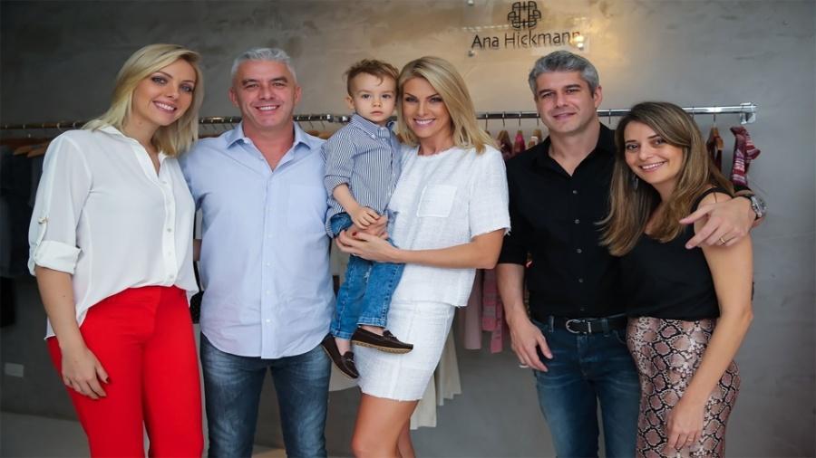 15.mai.2016 - Ana Hickmann posa com o filho ao lado do marido, da irmã e dos cunhados - Manuela Scarpa/Brazil News