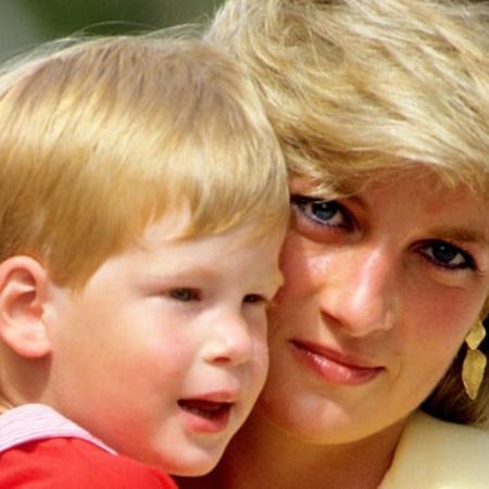 Princesa Diana e o príncipe Harry passeiam em Maiorca, na Espanha, em 1987 - Getty Images