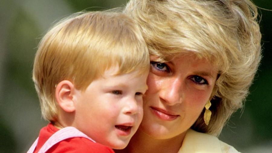 Princesa Diana e o príncipe Harry em Maiorca, na Espanha, em 87, dez anos antes da morte dela - Getty Images